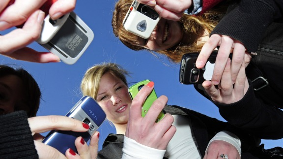 Teenagers-use-cell-phones-after-school